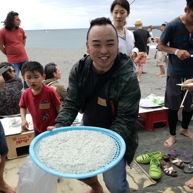 GW最終日は#あなたのお悩み駆け込み寺永久 主催 「地引網&BBQ in湘南」でした!一時は風で地引網の開催が危ぶまれましたが無事開催!何度も網を引いて浜を登り、自分たちに力で引き揚げた魚は真鯛、クロダイ、カマス、ヒラメと大漁。しらすもその場で釜揚げしらすに加工してもらって最高に美味しかったです^ ^事故もなく無事開催することができました。ご参加いただいた皆さん、応援してくれた皆さんほんとにありがとうございました事前にグループつくって準備を手伝ってくれた・高沢さん、一岡さん、利根川さん、日向寺さん、飯塚さん、鈴木さん、森さん、白江さん、茂内さん、境さん、尼崎さん、中山さん、小松原さん、関根さん ・当日にお手伝いいただいた皆さんイベント保険にクラファンを援助してくれた・藤田さん、林さん、境さんほんとにほんとにありがとうございましたまた一緒に楽しいことやりましょう!#地引網 #サザンビーチ #ありがとう #仲間